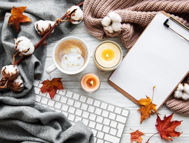 Composizione accogliente casa d'autunno