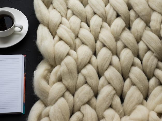 Composizione accogliente, coperta in lana merino