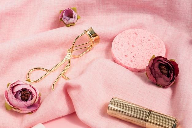 Composizione ad alto angolo con prodotti di bellezza e fiori