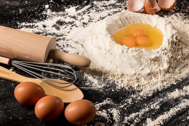 Composizione ad alto angolo con uova e farina