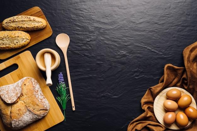 Composizione alimentare italiana con pane e spazio in mezzo