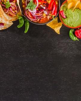 Composizione alimentare messicana con spazio inferiore