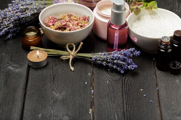 Composizione aromatica di lavanda, erbe, cosmetici e sale