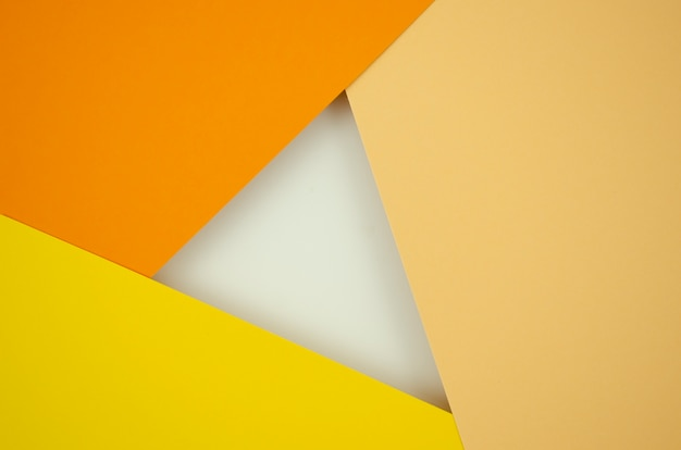 Composizione astratta arancione sfumato con carte a colori