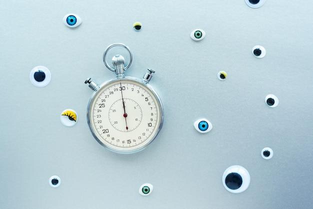 Composizione astratta con cronometro e occhi. crea concettuale con tempo, scadenze, stress, invecchiamento