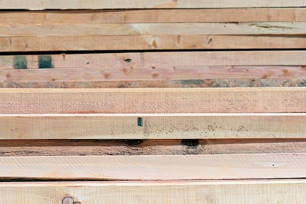 Composizione astratta con il mucchio del fondo dei bordi di legno