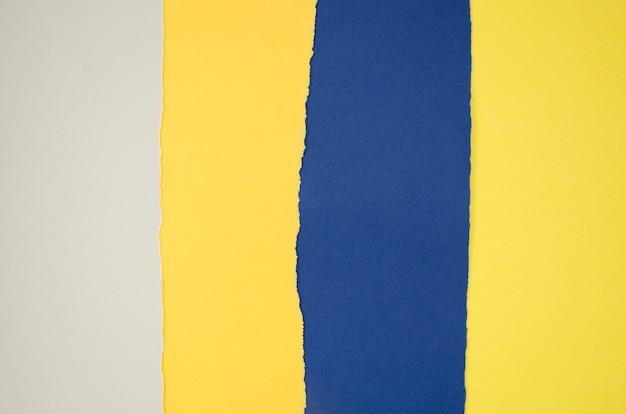 Composizione astratta gialla e blu con le carte di colore