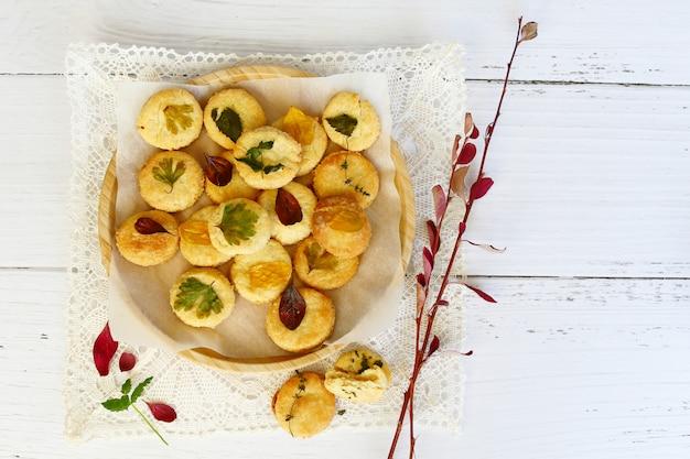 Composizione autunnale, biscotti fatti in casa con foglie d'autunno