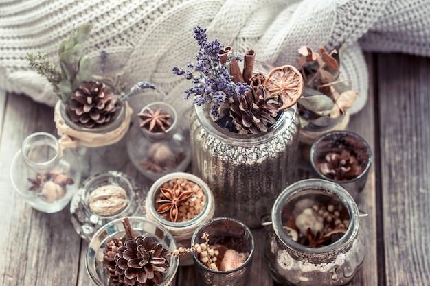 Composizione autunnale con tazze e spezie