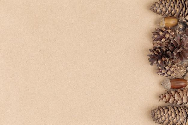 Composizione autunnale, cornice fatta di pigne, ghiande e castagne. vista piana, vista dall'alto.