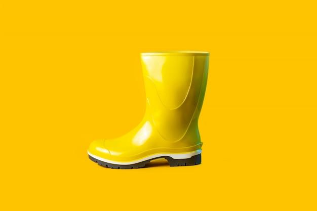 Composizione autunnale di stivali di gomma gialli