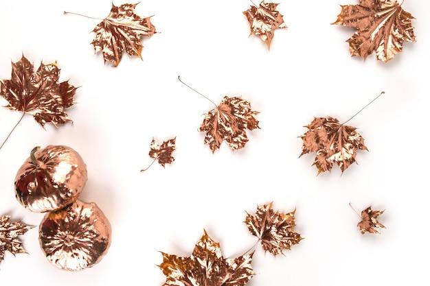 Composizione autunnale. foglie di acero dorate su bianco. autunno, concetto di caduta. appartamento laico, vista dall'alto, copia dello spazio