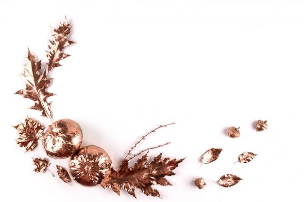 Composizione autunnale. foglie dipinte dorate autunnali naturali, pigne, zucche su bianco