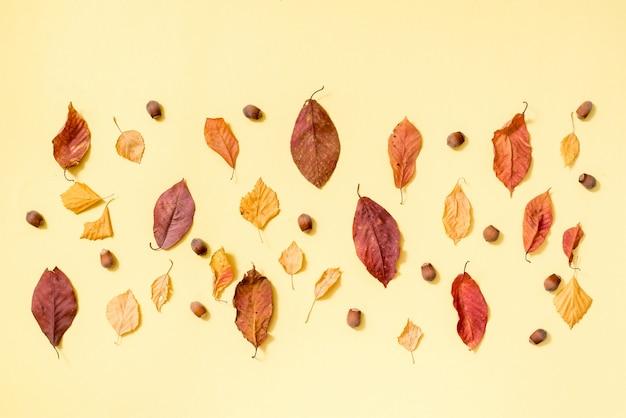Composizione autunnale. modello fatto del fondo dorato delle foglie di autunno. vista piana, vista dall'alto, copyspace