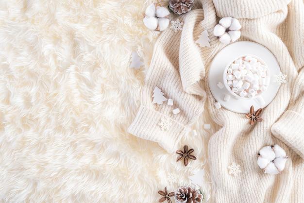 Composizione autunnale o invernale su colore crema grigio