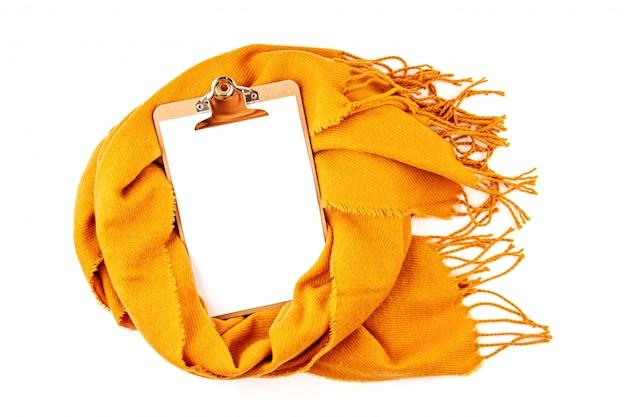 Composizione autunnale piatta con blocco note e una calda sciarpa di lana