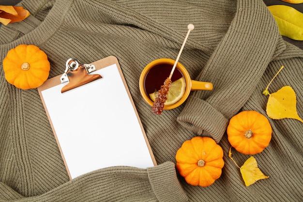 Composizione autunnale piatta con tè e un caldo maglione di lana