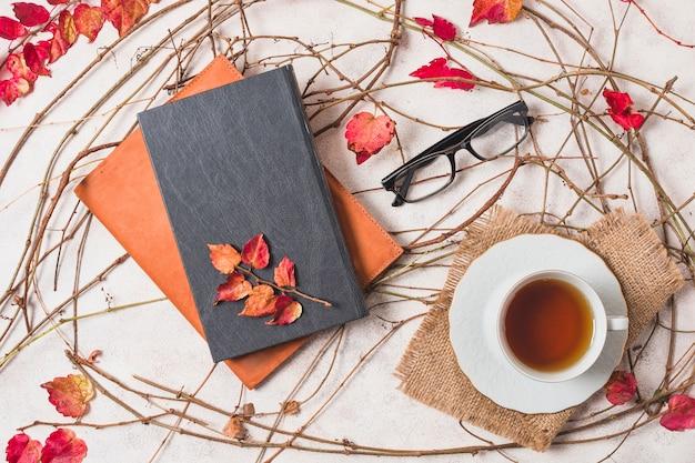 Composizione autunnale piatto con caffè e quaderni