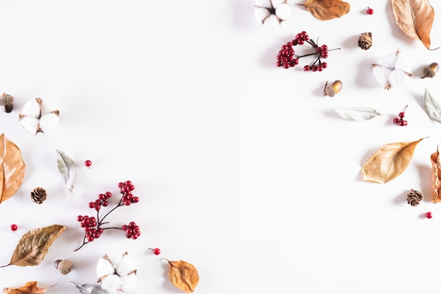 Composizione autunnale su sfondo bianco. vista piana, vista dall'alto.