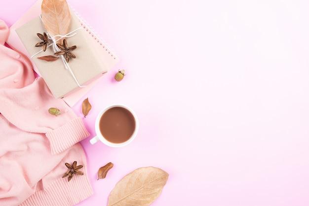 Composizione autunnale su sfondo rosa pastello. vista piana, vista dall'alto.