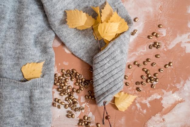 Composizione autunnale. tazza di caffè, maglione moda donna, foglie secche, plaid, quaderno. autunno, autunno t. vista piana, vista dall'alto, copyspace