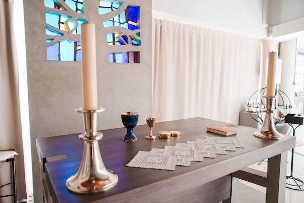 Composizione cattolica di simboli in una chiesa.