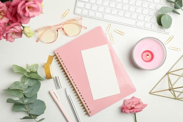 Composizione con accessori femminili su bianco. blogger donna