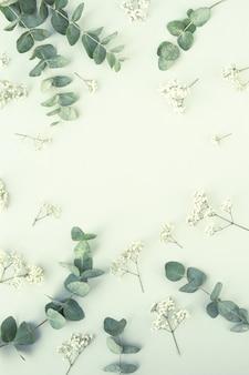 Composizione con bellissimi fiori e foglie