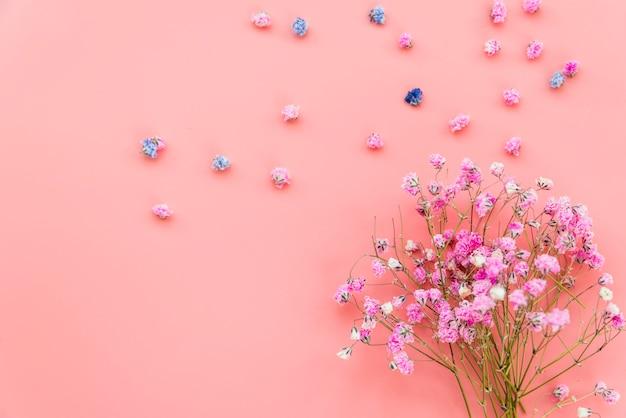 Composizione con bouquet di fiori rosa su sfondo rosa