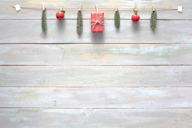 Composizione con decorazioni natalizie su fondo in legno