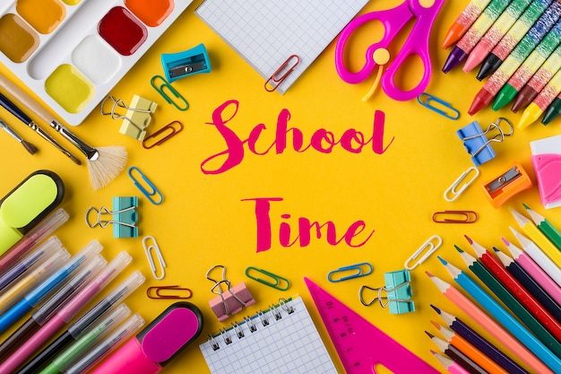 Composizione con diversi articoli di cancelleria per la scuola sull'arancia