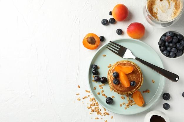 Composizione con frittelle e frutta, vista dall'alto