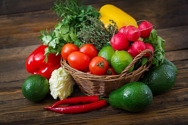 Composizione con frutta e verdura biologiche crude assortite. dieta disintossicante
