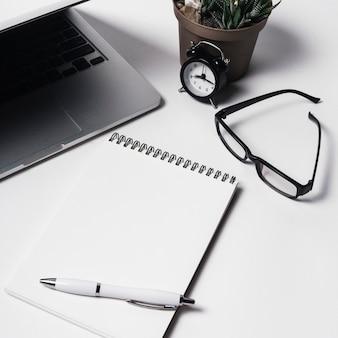 Composizione con laptop e blocco note