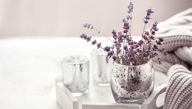Composizione con lavanda in un bicchiere