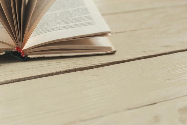 Composizione con libri sul tavolo