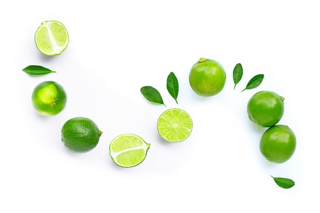 Composizione con lime freschi e maturi.