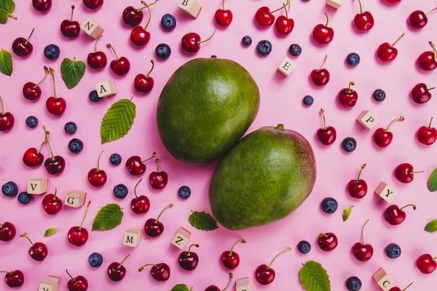 Composizione con mango e altri frutti estivi