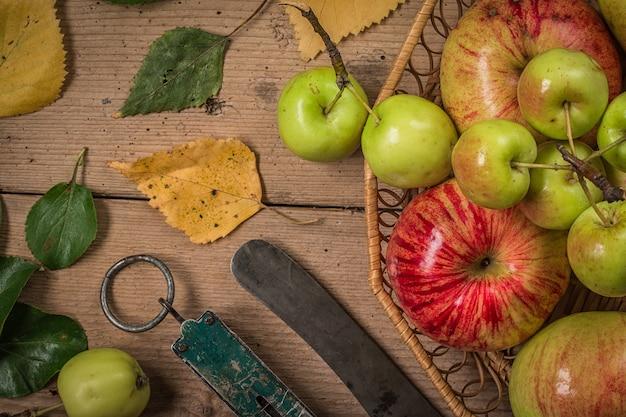Composizione con mele fresche sul vecchio tavolo di legno