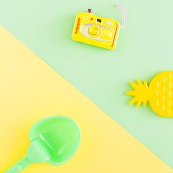 Composizione con oggetti estivi su sfondo multicolore