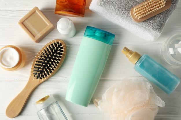 Composizione con prodotti per la cura dei capelli sulla tavola di legno. spazio vuoto per l'etichetta