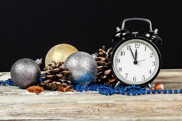 Composizione con retro sveglia e decorazioni natalizie