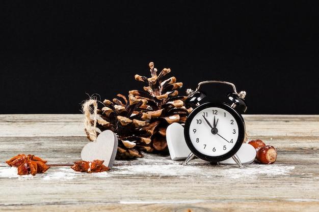 Composizione con sveglia retrò e decorazioni natalizie