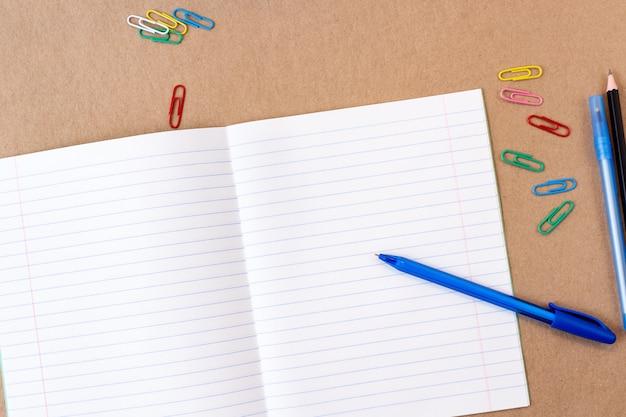 Composizione con taccuino pagina vuota matita colorata, pennarello e penna mock-up