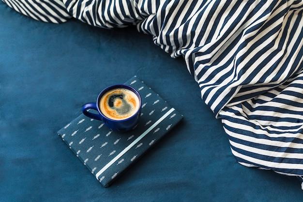 Composizione con tazza di caffè nei colori blu