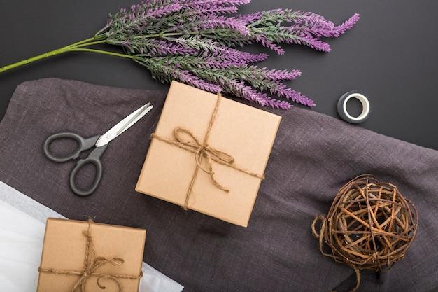 Composizione confezione regalo piatta laica