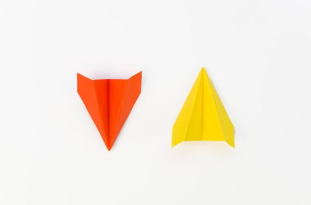 Composizione creativa con aeroplanini di carta