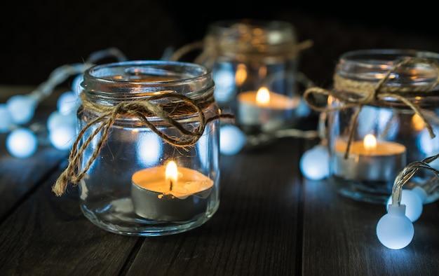 Composizione decorativa con candele e luci in vaso