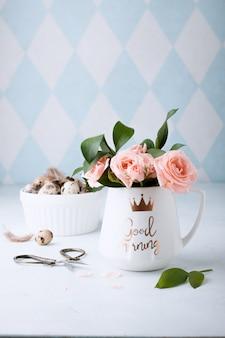 Composizione decorativa nella molla di pasqua con le uova e le rose di quaglia di pasqua casalinghe. . decorazioni per le feste. buona pasqua. congratulazioni easterwall.