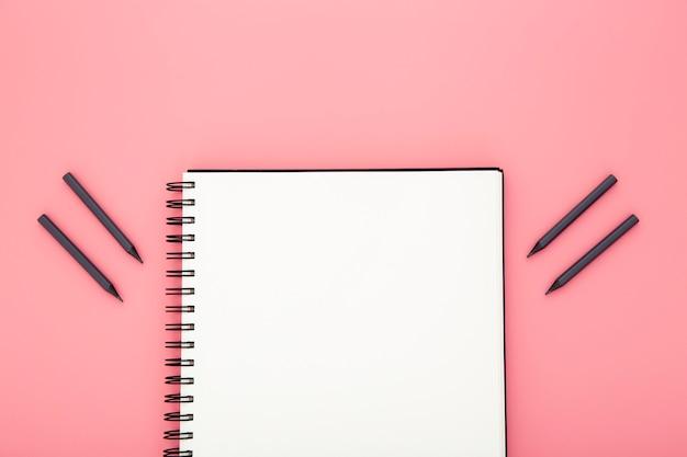Composizione degli elementi dello scrittorio su fondo rosa